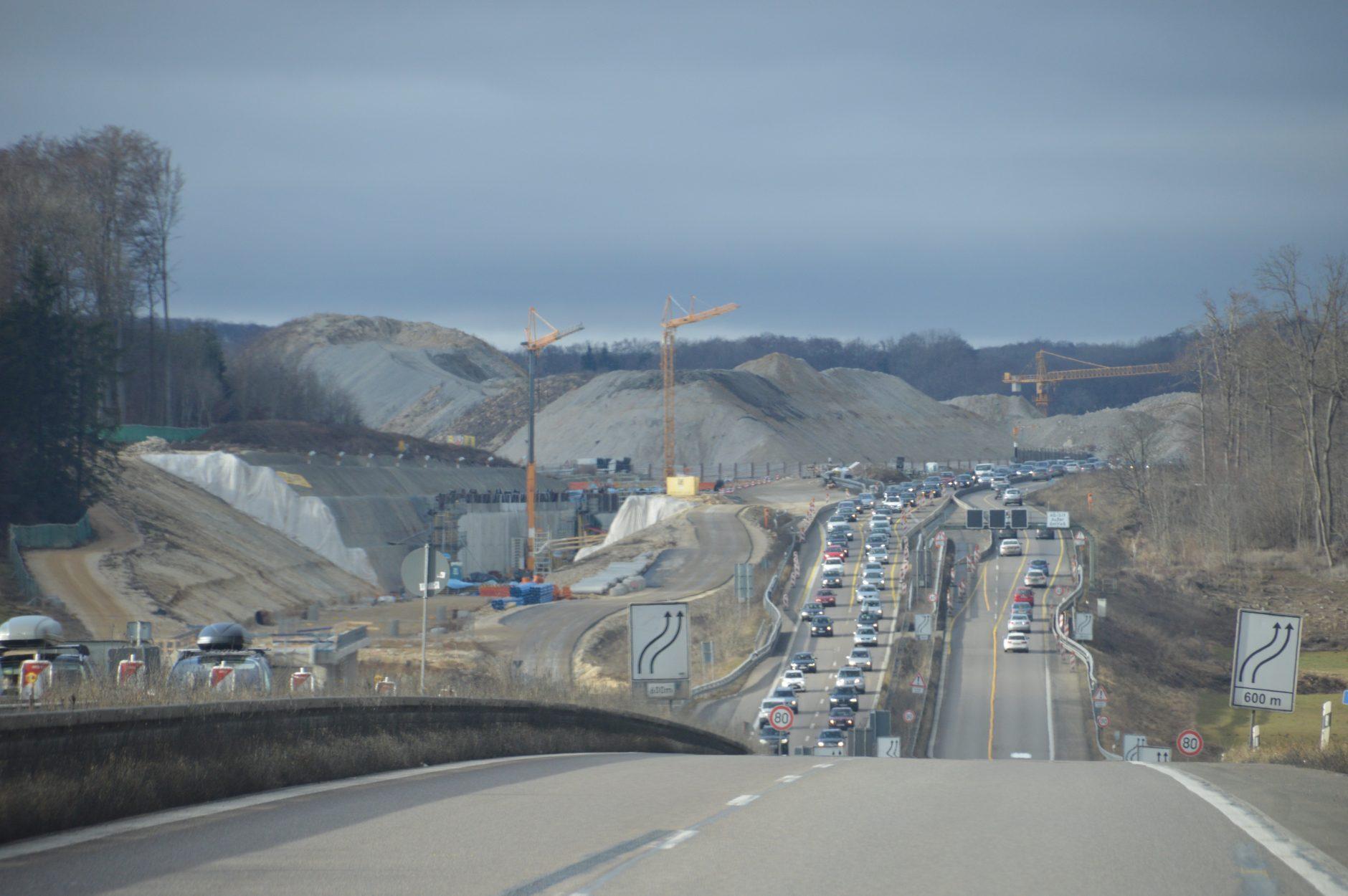 Abraumhalden - Größenvergleich zur Autobahn!