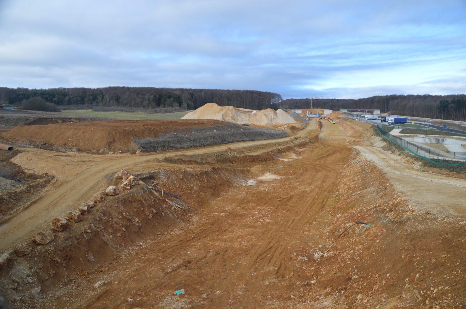 Tassenverlauf neben der Autobahn A8 - Gut zu sehen: die Breite der Baustelle