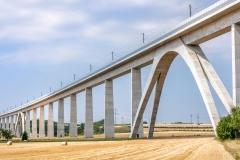 Eisenbahnbrücke als riesiges Bauwerk führt durch ländliche Region