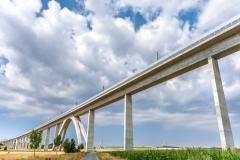 Sehr lange Eisenbahnbrücke als wichtiger Verkehrsweg
