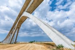 Eisenbahntrasse mit riesiger Brücke im Detail