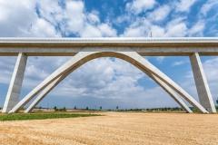 Riesiger Bogen als Stützpfeiler einer Eisenbahnbrücke
