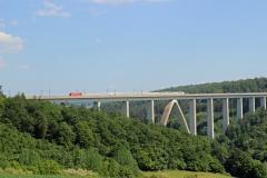 Eisenbahnbrücke mit Zug